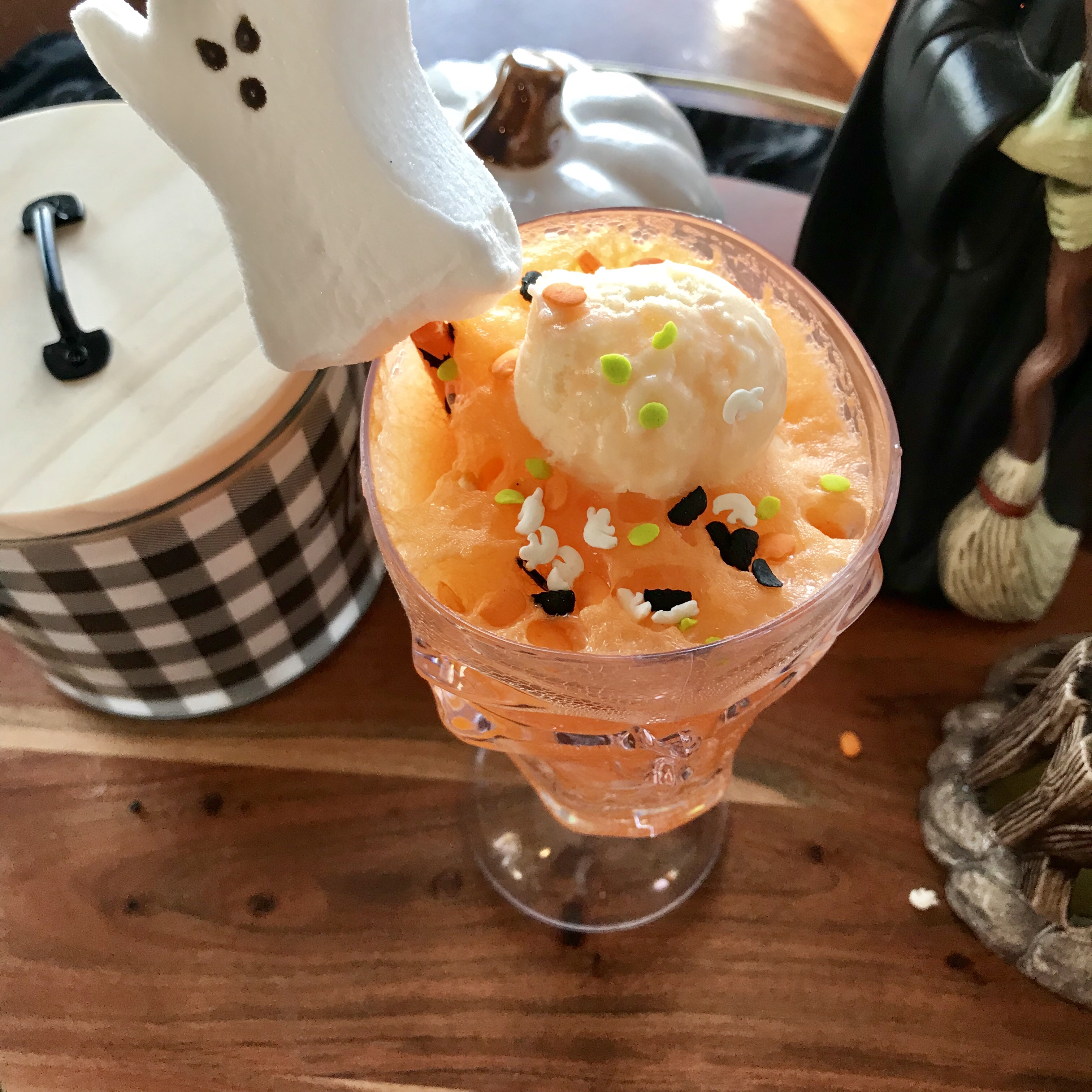 Halloween frozen yogurt and orange soda floats. Perfect for your ghosts and goblins!